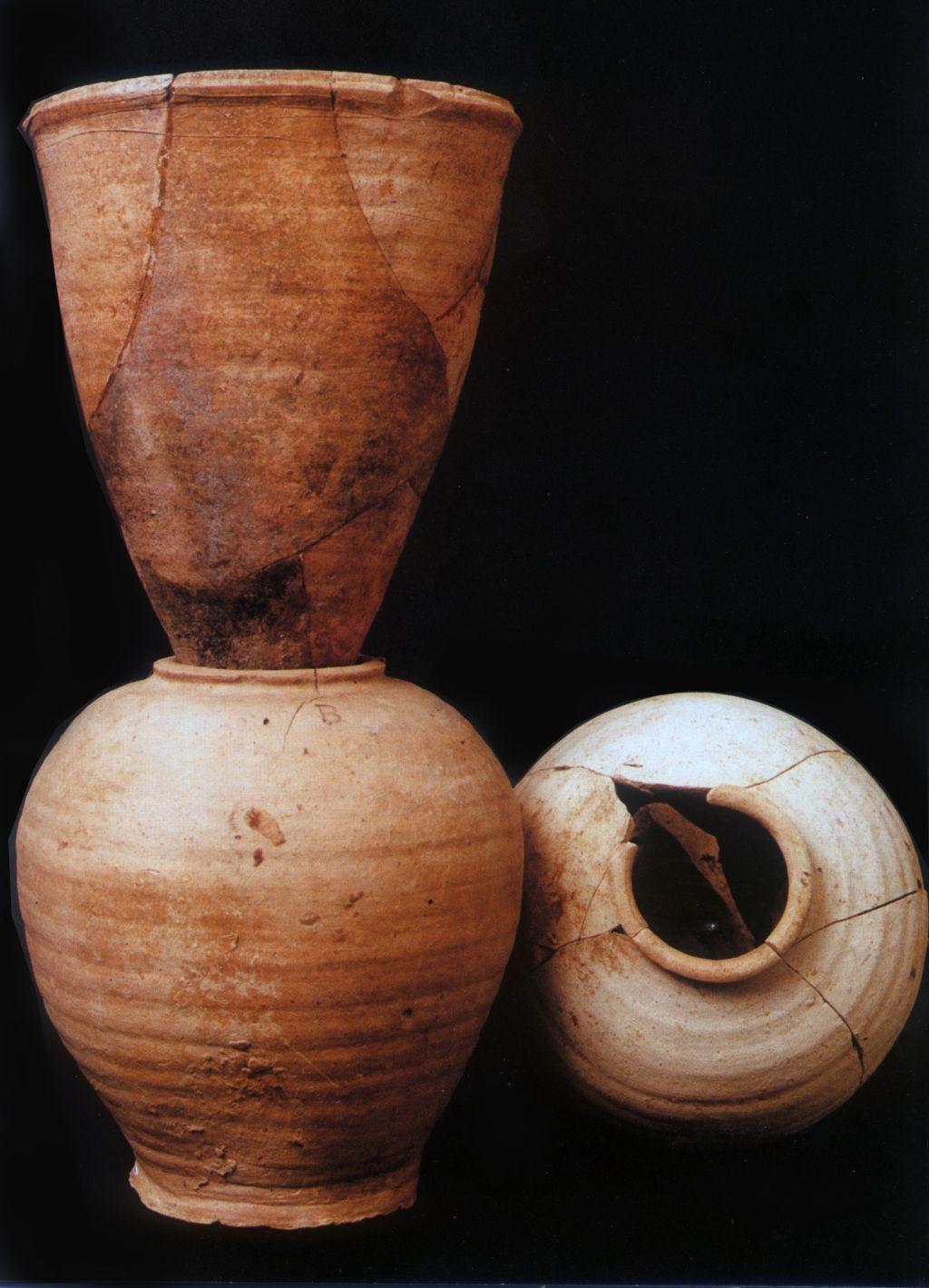 Poteries sucrières utilisées pour séparer le sucre de la mélasse : forme à sucre emboîtée dans un pot de raffineur. Photographie Pierre Buirette.
