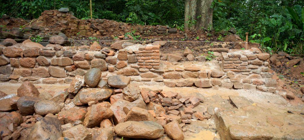 Le mur est de la cuisine avec, sur la gauche, les vestiges du potager et du four à pain.