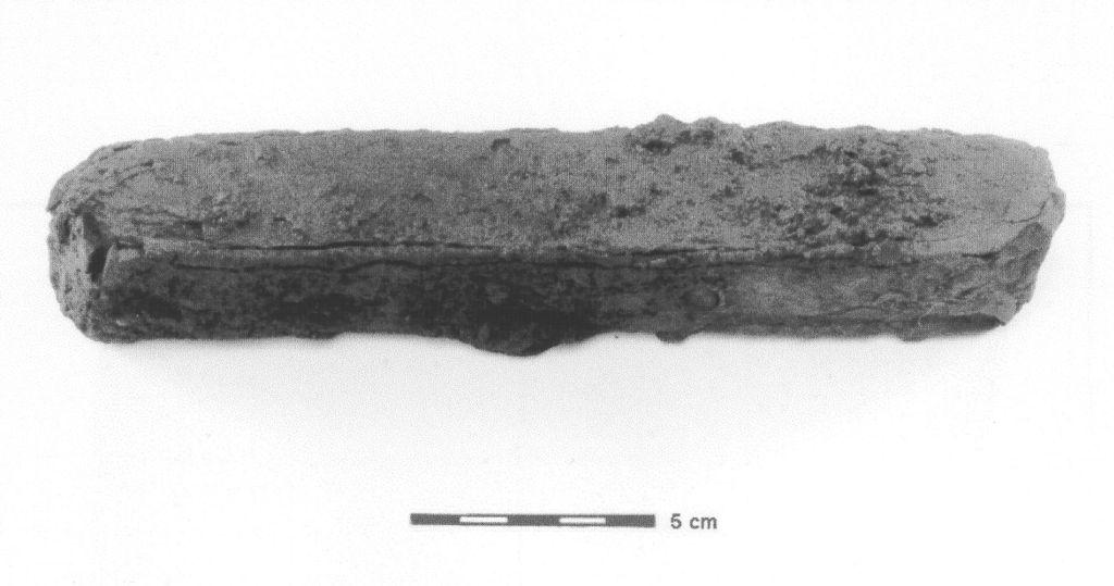Fragment d'un lingot de fer en barre qui proviendrait vraisemblablement des Forges du Saint-Maurice en Nouvelle-France. Alain Chouinard, Archéologie et archéométallurgie de la forge…, 2001.