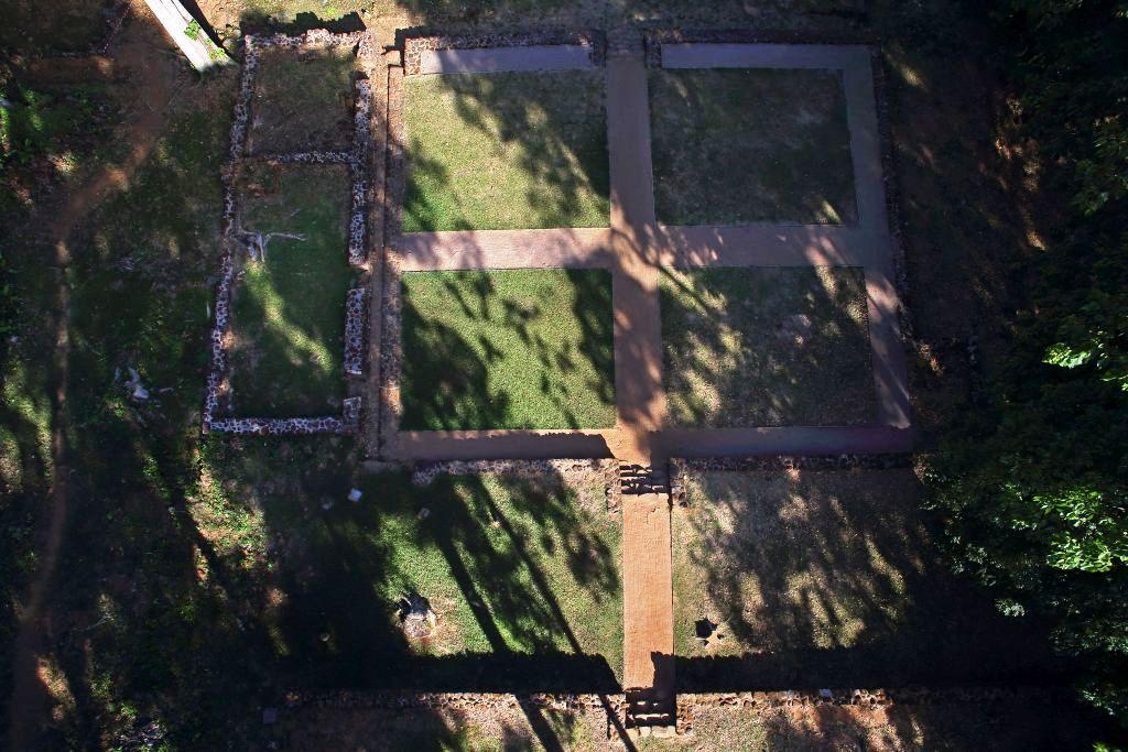 À gauche, les vestiges de la cuisine et de l'hôpital qui donnaient sur la cour intérieure derrière la maison des pères.